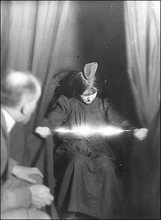Medium-Eva-Carriere-1912
